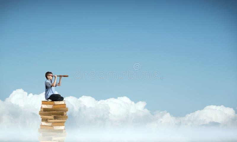 Ανάγνωση για να πάρει τη γνώση στοκ φωτογραφία