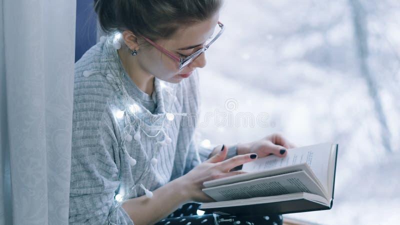 ανάγνωση γυαλιών κοριτσ&iota στοκ φωτογραφίες με δικαίωμα ελεύθερης χρήσης