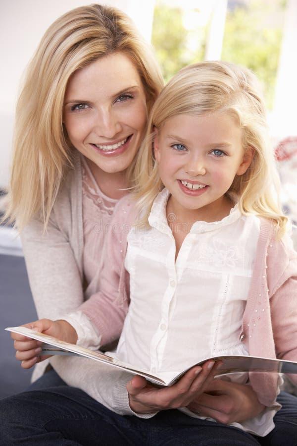Ανάγνωση γυναικών και παιδιών από κοινού στοκ εικόνες