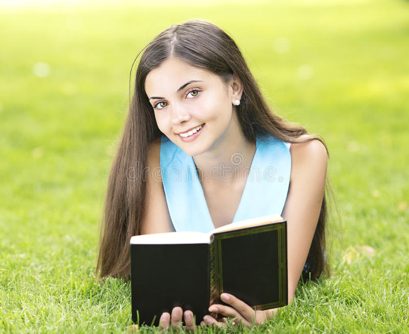 Ανάγνωση γυναικών υπαίθρια στοκ φωτογραφία με δικαίωμα ελεύθερης χρήσης
