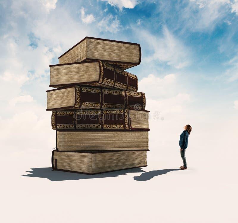 Ανάγνωση ενός βιβλίου σε έναν πύργο στοκ εικόνα με δικαίωμα ελεύθερης χρήσης