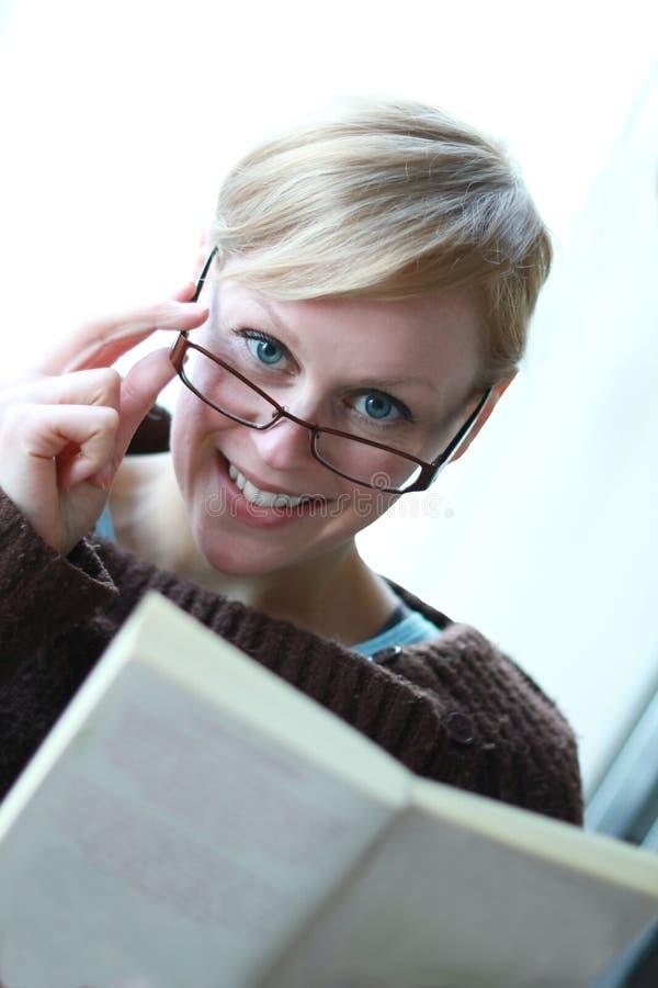 Ανάγνωση ενός βιβλίου 1 στοκ φωτογραφίες με δικαίωμα ελεύθερης χρήσης