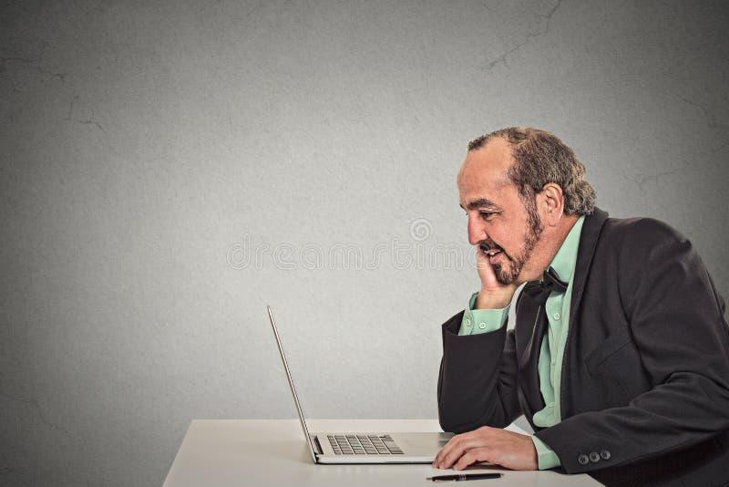 Ανάγνωση εργασίας ατόμων κάτι στο φορητό προσωπικό υπολογιστή του στοκ εικόνα με δικαίωμα ελεύθερης χρήσης