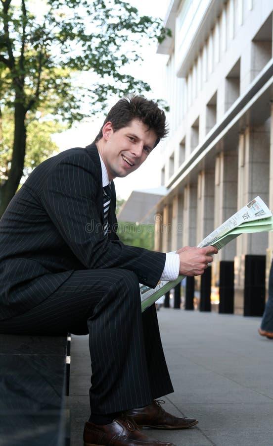ανάγνωση εφημερίδων επιχειρηματιών στοκ φωτογραφίες