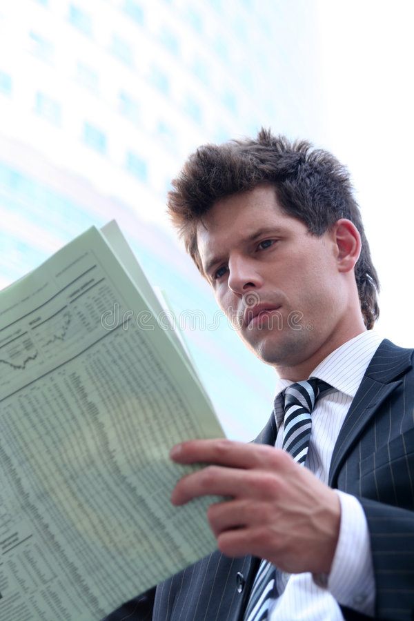 ανάγνωση εφημερίδων επιχειρηματιών στοκ φωτογραφία με δικαίωμα ελεύθερης χρήσης