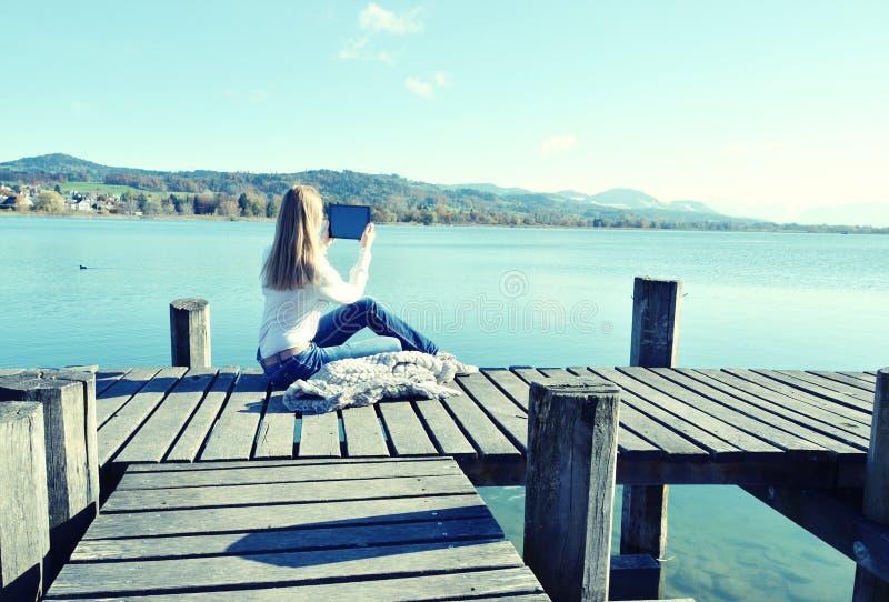 Ανάγνωση κοριτσιών από μια ταμπλέτα στοκ φωτογραφία με δικαίωμα ελεύθερης χρήσης