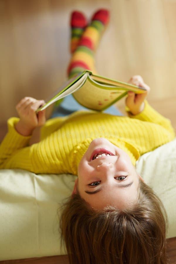 ανάγνωση κοριτσιών βιβλίω&n στοκ φωτογραφίες με δικαίωμα ελεύθερης χρήσης