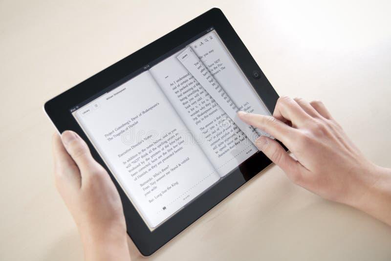 ανάγνωση μήλων ipad2 στοκ εικόνες με δικαίωμα ελεύθερης χρήσης