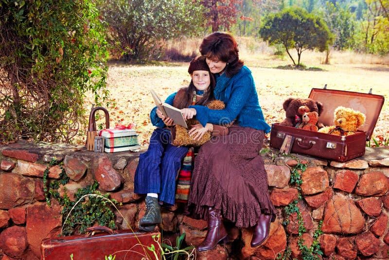 ανάγνωση μητέρων κήπων κορών στοκ εικόνες