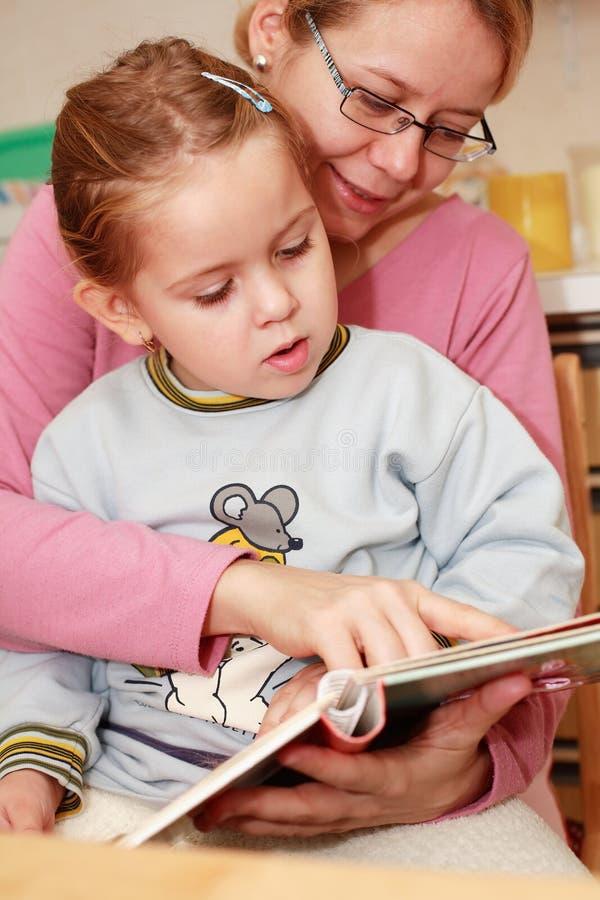 ανάγνωση μητέρων κορών στοκ εικόνες με δικαίωμα ελεύθερης χρήσης