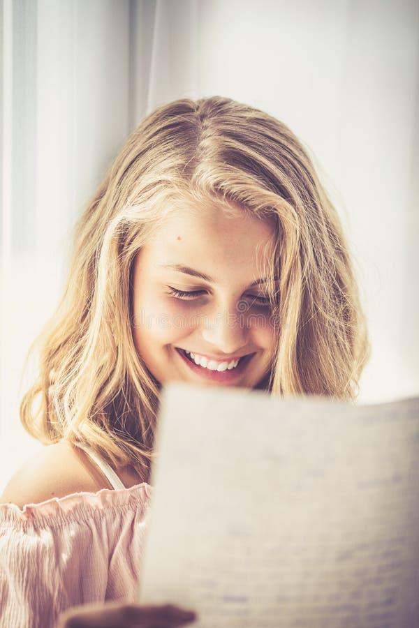 Ανάγνωση μιας επιστολής στοκ φωτογραφίες με δικαίωμα ελεύθερης χρήσης