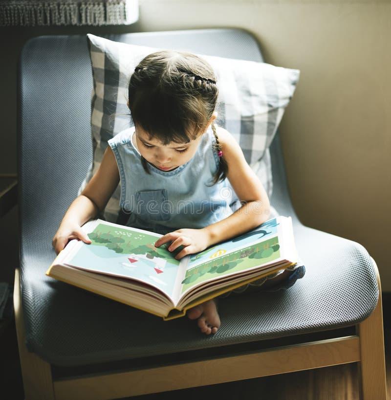 Ανάγνωση μικρών κοριτσιών σε ένα βιβλίο στοκ φωτογραφίες με δικαίωμα ελεύθερης χρήσης