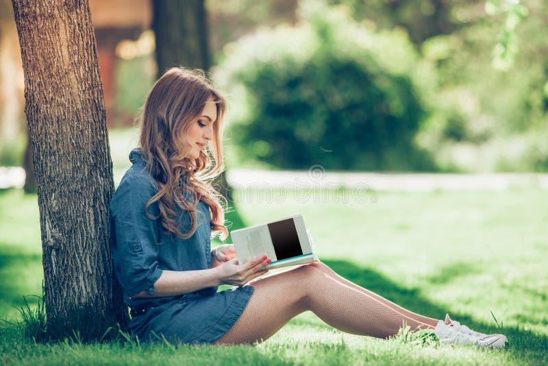 ανάγνωση πάρκων κοριτσιών β& στοκ εικόνα