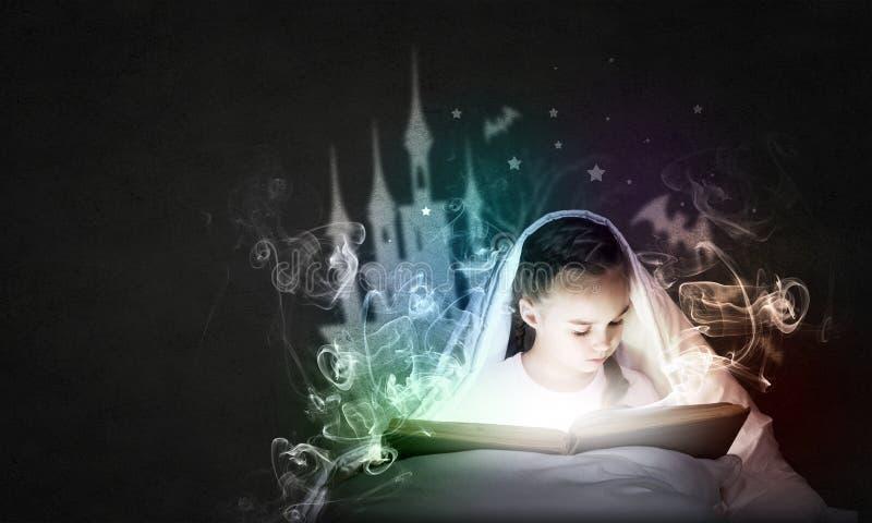 Ανάγνωση πριν από τον ύπνο στοκ φωτογραφία με δικαίωμα ελεύθερης χρήσης