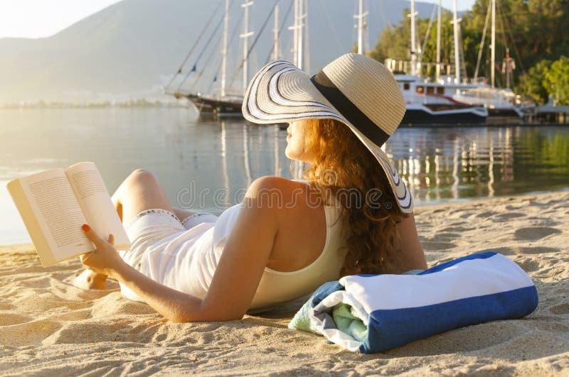 Ανάγνωση στην παραλία στοκ φωτογραφία με δικαίωμα ελεύθερης χρήσης