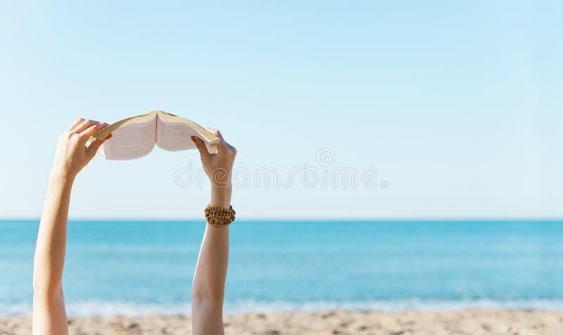 Ανάγνωση στην παραλία στοκ εικόνες