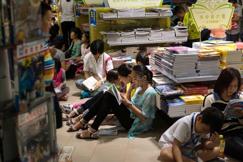 Ανάγνωση στο συσσωρευμένο βιβλιοπωλείο στοκ εικόνες
