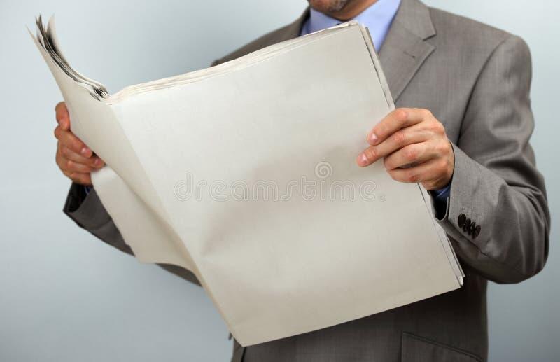 Ανάγνωση της εφημερίδας στοκ φωτογραφία
