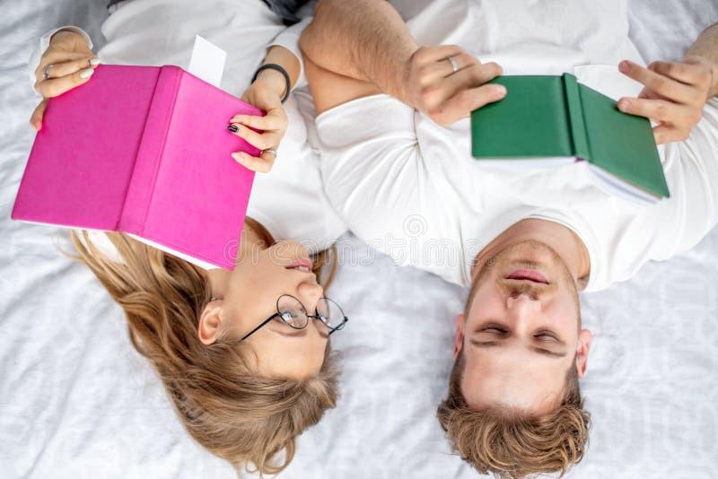 Ανάγνωση της νέας οικογένειας πριν από τον ύπνο Συνήθεια ανάγνωσης στοκ εικόνες
