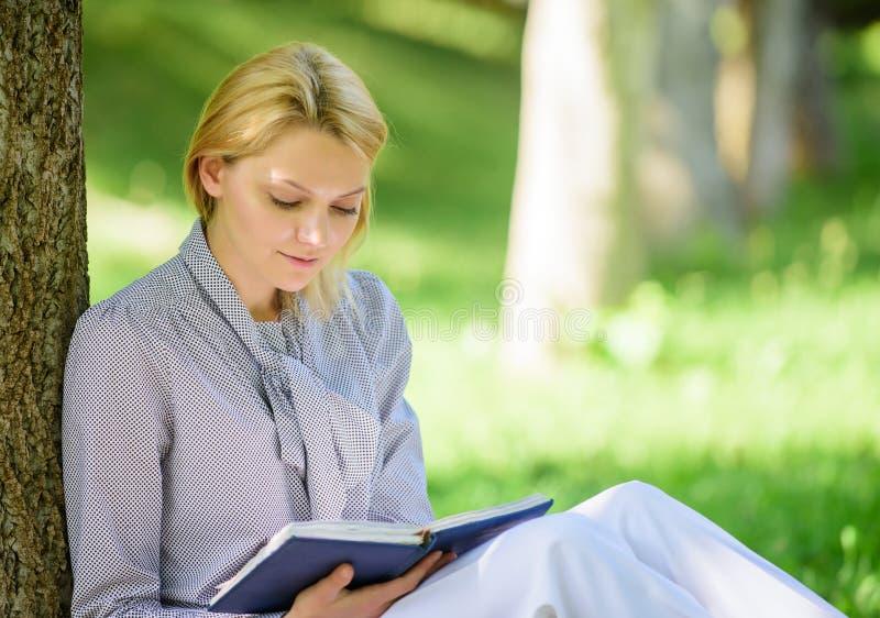 Ανάγνωση των βιβλίων έμπνευσης Το best-$l*seller που ο τοπ κατάλογος κρατά κάθε κορίτσι πρέπει να διαβάσει Χαλαρώστε τον ελεύθερο στοκ φωτογραφίες