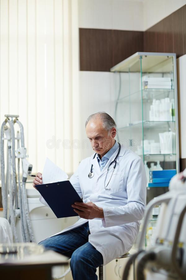 Ανάγνωση των ιατρικών εγγράφων στοκ φωτογραφίες με δικαίωμα ελεύθερης χρήσης