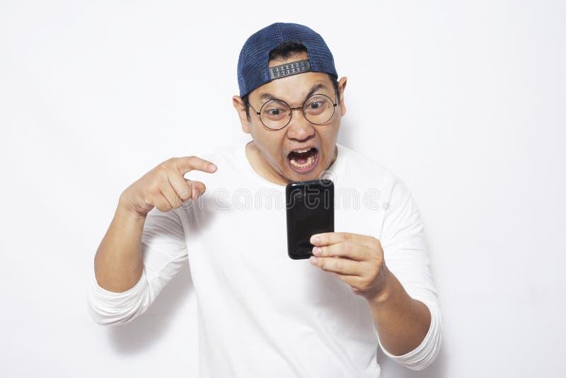 Ανάγνωση Texting νεαρών άνδρων που κουβεντιάζει στο τηλέφωνό του, Expressio στοκ φωτογραφία με δικαίωμα ελεύθερης χρήσης