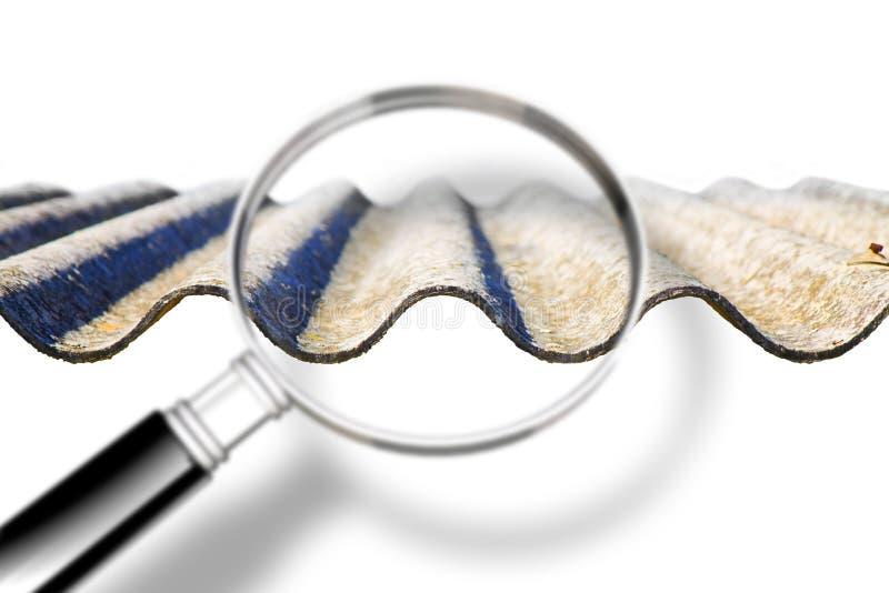 Ανάλυση των ενώσεων μιας επικίνδυνης στέγης αμιάντων - εικόνα έννοιας με την ενίσχυση - γυαλί στοκ φωτογραφία
