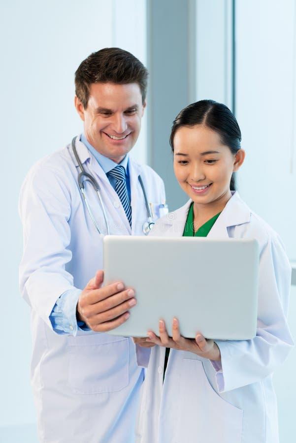Ανάλυση των ιατρικών στοιχείων στοκ εικόνα