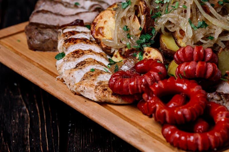 Ανάμεικτα εύγευστα ψημένα στη σχάρα κρέας, λουκάνικα και λαχανικά στο cutt στοκ φωτογραφία με δικαίωμα ελεύθερης χρήσης