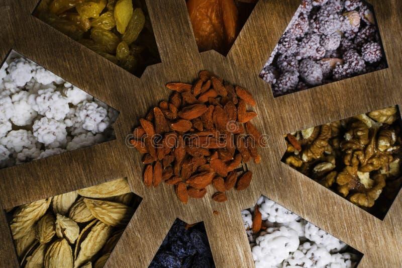 ανάμεικτα καρύδια κιβωτίων ξύλινα Υγιή τρόφιμα και πρόχειρο φαγητό Τοπ όψη στοκ εικόνα