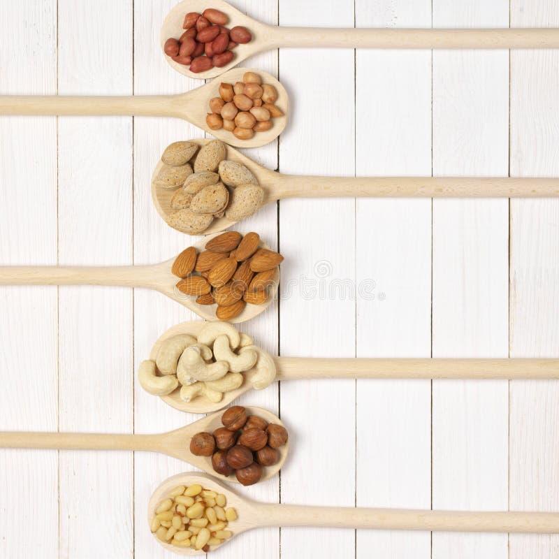 Download Ανάμεικτα καρύδια στα κουτάλια Στοκ Εικόνα - εικόνα από τετράγωνο, φουντούκι: 62713525