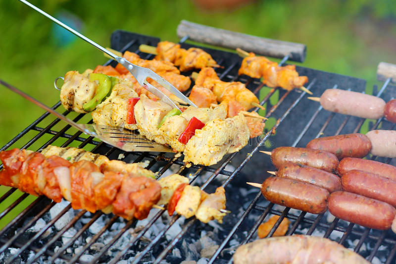 Ανάμεικτα κρέας και λαχανικά στη σχάρα gril στοκ εικόνες