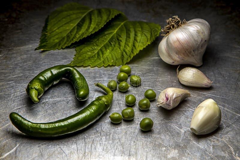 Ανάμεικτα λαχανικά σε ένα τηγάνι φύλλων στοκ εικόνες