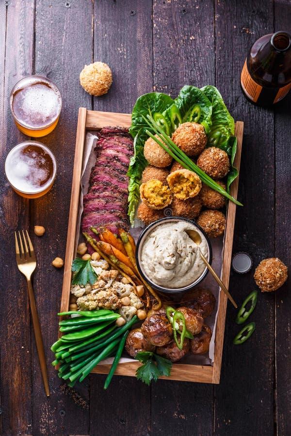 Ανάμεικτα Μεσο-Ανατολικά πιάτα: falafel, κρέας, πατάτα, κουνουπίδι και babaghanoush στοκ φωτογραφία