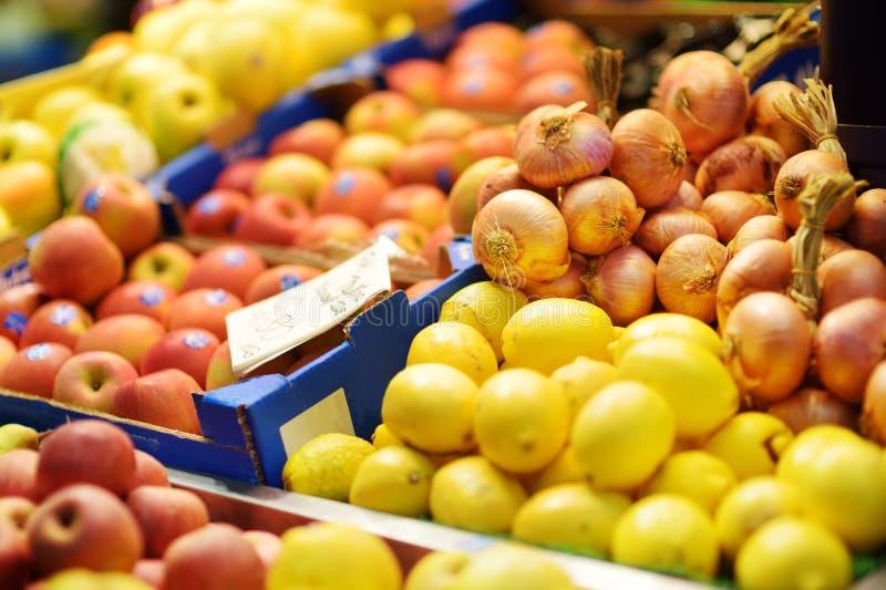 Ανάμεικτα οργανικά φρούτα που πωλούνται σε μια αγορά στη Γένοβα, Ιταλία στοκ φωτογραφία
