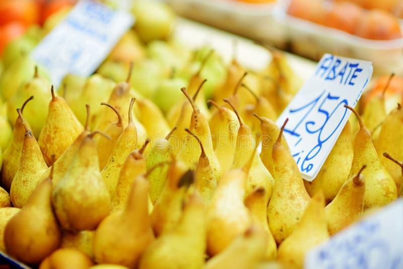 Ανάμεικτα οργανικά φρούτα που πωλούνται σε μια αγορά στη Γένοβα, Ιταλία στοκ φωτογραφία με δικαίωμα ελεύθερης χρήσης