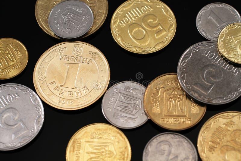 Ανάμεικτα ουκρανικά νομίσματα σε ένα μαύρο υπόβαθρο στοκ φωτογραφίες