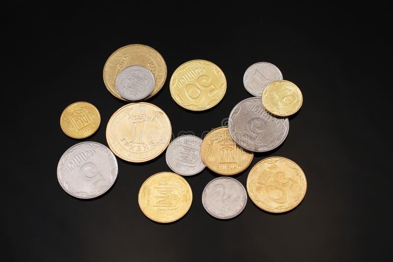 Ανάμεικτα ουκρανικά νομίσματα σε ένα μαύρο υπόβαθρο στοκ φωτογραφίες με δικαίωμα ελεύθερης χρήσης