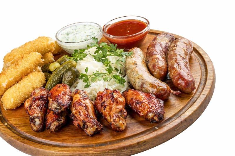 Ανάμεικτα πρόχειρα φαγητά μπύρας Τα ραβδιά τυριών, παστωμένα αγγούρια, έψησαν τα λουκάνικα, sauerkraut, φτερά κοτόπουλου στη σχάρ στοκ φωτογραφία με δικαίωμα ελεύθερης χρήσης
