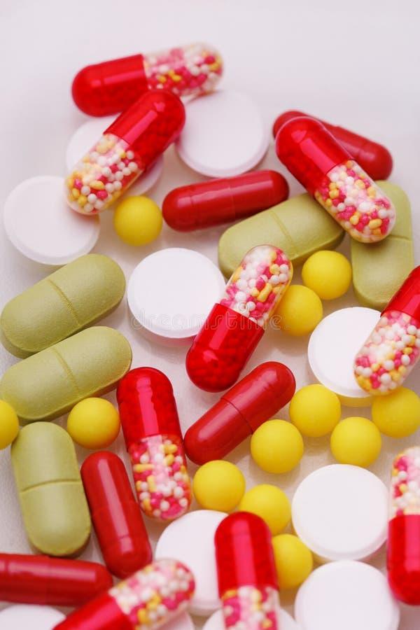 Ανάμεικτα φαρμακευτικά χάπια, ταμπλέτες και κάψες ιατρικής πέρα από το άσπρο υπόβαθρο στοκ φωτογραφία
