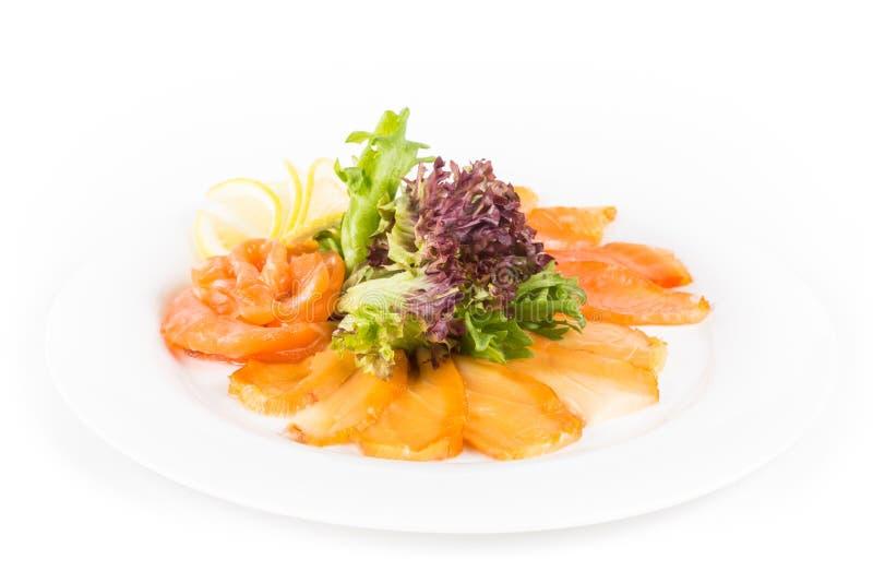 Ανάμεικτα ψάρια σε ένα πιάτο με το μαρούλι και λεμόνι σε ένα άσπρο υπόβαθρο Ένα πιάτο ανάμεικτου ψαριών που απομονώνεται στοκ φωτογραφία με δικαίωμα ελεύθερης χρήσης