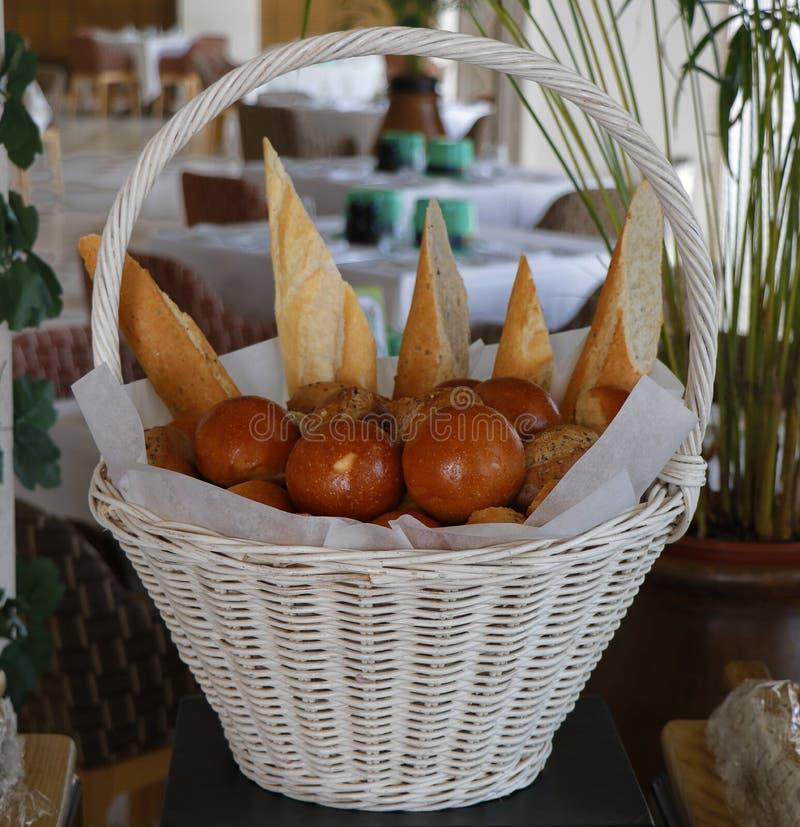 Ανάμεικτα ψωμιά σε ένα καλάθι στοκ φωτογραφίες με δικαίωμα ελεύθερης χρήσης