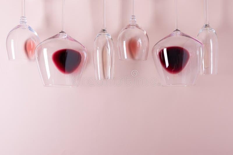 Ανάμεικτα wineglasses με το κόκκινο, αυξήθηκαν και άσπρη τοπ άκρη κρασιού στο ρόδινο υπόβαθρο Έννοια degustation κρασιού r r στοκ εικόνα με δικαίωμα ελεύθερης χρήσης