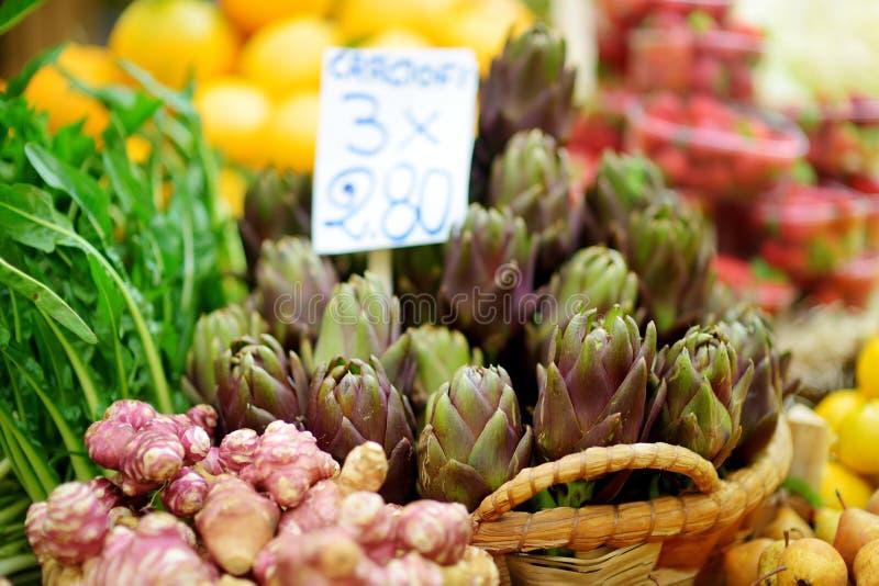Ανάμεικτες οργανικές αγκινάρες που πωλούνται σε μια αγορά στη Γένοβα, Ιταλία στοκ φωτογραφία με δικαίωμα ελεύθερης χρήσης