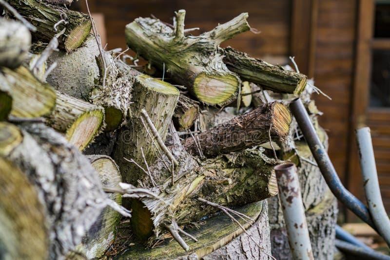 Ανάμεικτη τεμαχισμένη ξύλινη ξήρανση έξω από ένα σπίτι στοκ φωτογραφίες