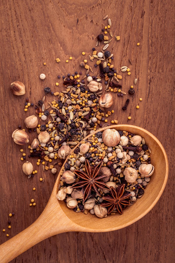 Download Ανάμεικτος των καρυκευμάτων στο ξύλινο κουτάλι Στοκ Εικόνα - εικόνα από μαύρα, κουζίνα: 62700131