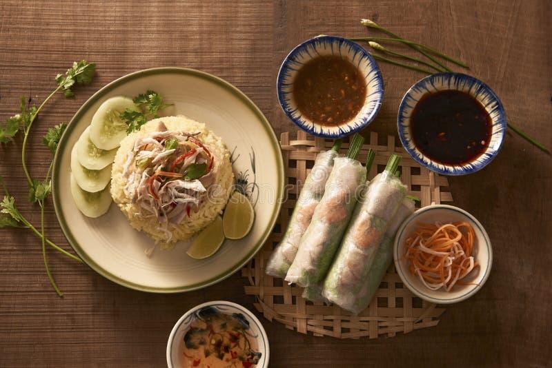 Ανάμεικτο ασιατικό γεύμα, βιετναμέζικα τρόφιμα Ρύζι κοτόπουλου, ρόλοι άνοιξη στοκ φωτογραφίες