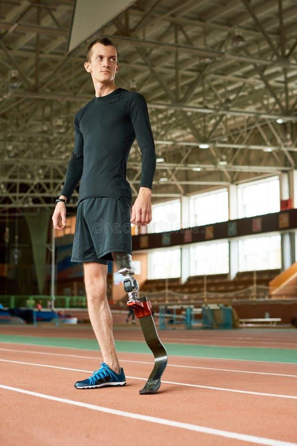 Ανάπηρος αθλητικός τύπος έτοιμος για την κατάρτιση στο στάδιο στοκ εικόνες