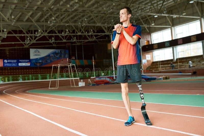 Ανάπηρος δρομέας έτοιμος για την κατάρτιση στο στάδιο στοκ φωτογραφίες με δικαίωμα ελεύθερης χρήσης