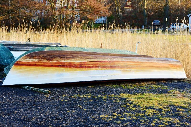 Ανάποδη πλαστική βάρκα στοκ εικόνα